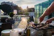 UNIKUMSKY - Grillen auf Terrasse © JUFA Hotels
