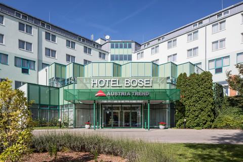 Austria Trend Hotel Bosei - exterior view with golf course © Austria Trend Hotels