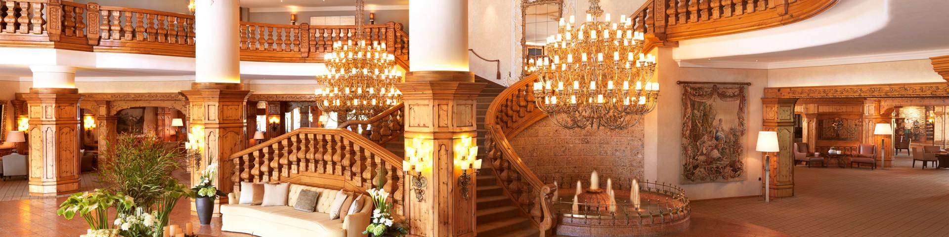 Interalpen-Hotel Tyrol - Eingangshalle mit Freireppe © Interalpen Hotel-Tyrol