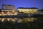 Holiday Inn & Congress Center Villach - Aussenansicht bei Nacht © Holiday Inn & Congress Center Villach