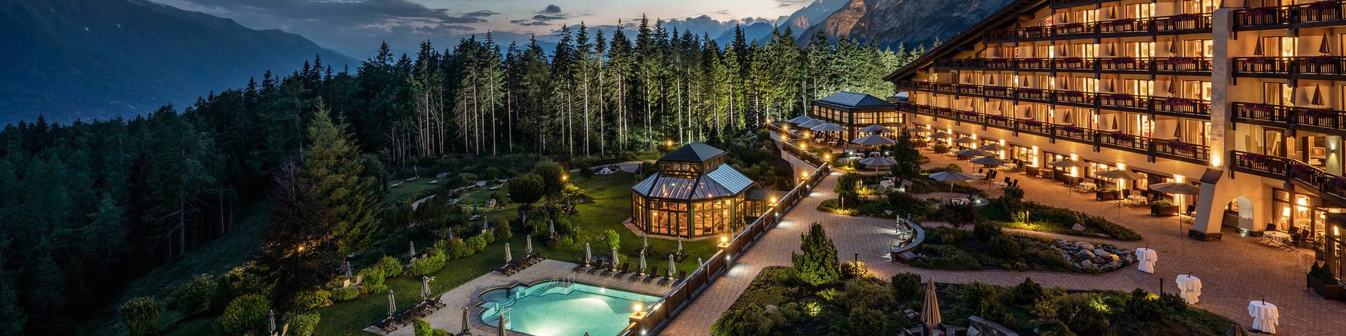Interalpen-Hotel Tyrol - Aussenansicht Nacht © Interalpen-Hotel Tyrol